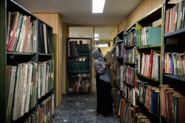 آقای وجودی دیگر خودش مجله ها و روزنامه ها بسته بندی نمی کند. دستیاران جوان او، مانند سهیلا نظر،این کار را انجام می دهند. / عکس : نوییورک تایمز