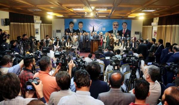 ادعای پیروزی عبدالله عبدالله، رییس تیم انتخاباتی ثبات و همگرایی در یک کنفرانس خبری با کنایههای سیاسی داخلی و واکنشهای کمیسیونهای انتخاباتی همراه شده است
