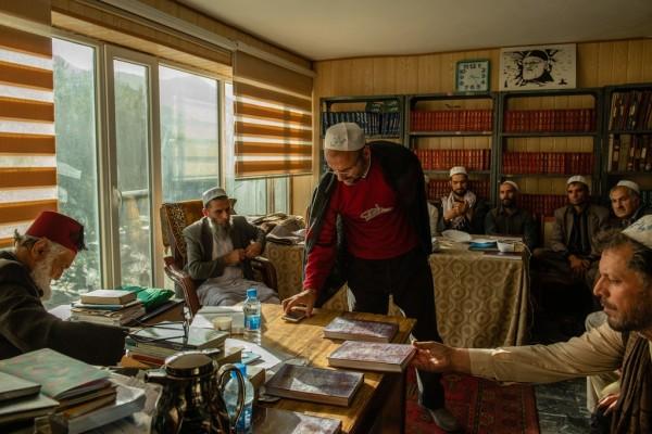 شرکت کنندگان در جلسه مولانا خوانی. آقای وجودی هفته دو بار این گونه برنامه ها را در 30 سال گذشته میزبانی کرده است. / عکس: نوییورک تایمز