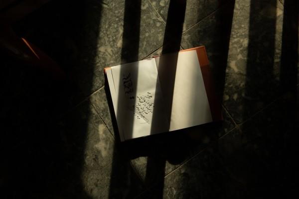 آقای وجودی، یکی از کتاب هایش را برای یکی از اعضای گروه اشعار مولانا امضا کرد. / عکس: نوییورک تایمز