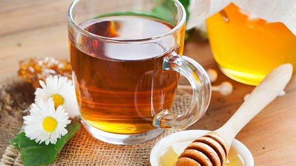 مصرف عسل همراه با چای و لیمو میتواند گلودرد را تسکین دهد.