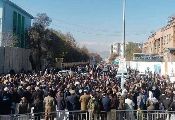 """صدها تن از هواداران دسته انتخاباتی ثبات و همگرایی در برابر آنچه """"تقلب"""" در انتخابات ریاست جمهوری می خواندند، در کابل دست به تظاهرات زدند."""
