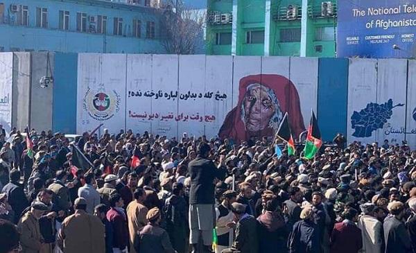 معترضین هشدار داده اند که مسوولیت بحران سیاسی- انتخاباتی و پیامدهای آن، به اعضای کمیسیون انتخابات برمیگردد.