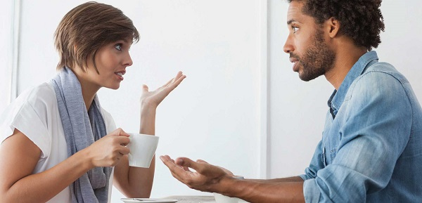 زمانی که متوجه میشوید، دوست منفینگرتان صحبتهای منفی را شروع کرده، موضوع گفتگو را عوض کنید.