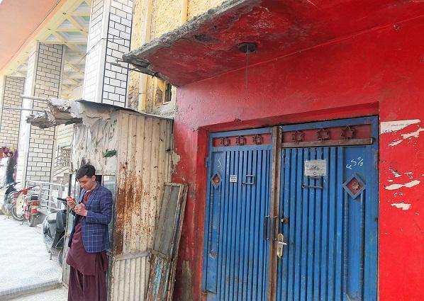 """در بیرون کنیسه سمنتوف، کوچه گل فروشی در منطقه شهر نو کابل، ۲۴ مارچ. همه اهالی منطقه سمنتوف را می شناسند. یکی از همسایه های او گفت: """"او همانند ما یک افغان است."""""""