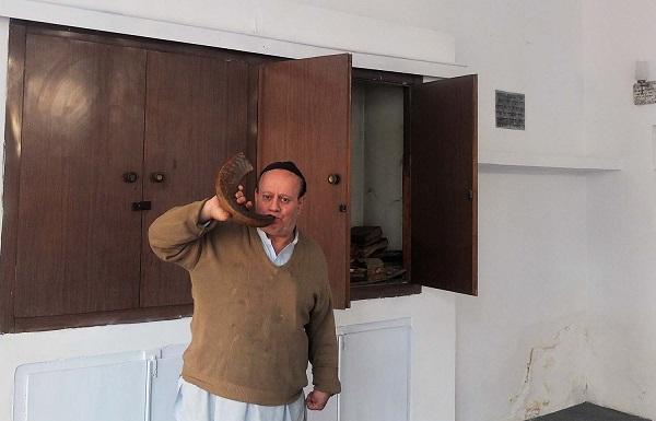 سیمنتوف در کنیسه کابل شوفر مینوازد؛ شوفر یک اله موسیقی است که برای اهداف مذهبی یهود مورد استفاده قرار میگیرد.