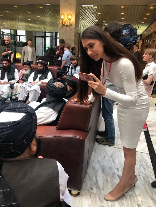 از نکته دیگر که خیلی مورد توجه مردم افغانستان و رسانه های جمعی جهان، قرار گرفت؛ حضور پررنگ، زنان خوش لباس و خوش اندام روسی به عنوان خبرنگار و خدمه در کنار هیئت طالبان مثلا زن ستیز قبلی بود که تناقض در گفتار و رفتار طالبان را نشان می داد