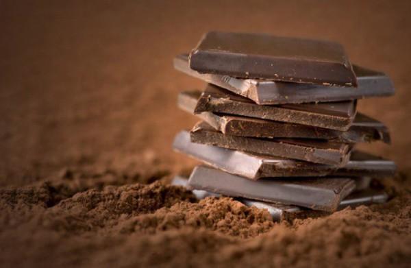 شکلات تلخ حاوی ترکیبات زیادی است که خاصیت آنتیاکسیدانی دارند از جمله فلاونولها و پلیفنولها. آنتیاکسیدانها میتوانند رادیکالهای آزاد را در بدن خنثی کنند و مانع بروز استرس اکسیداتیو شوند