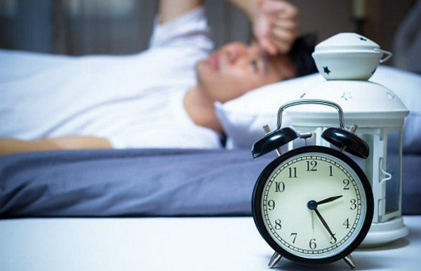 در واقع ریسک بروز حمله قلبی در کسانی که به طور منظم بیش از ۹ ساعت خواب شبانه دارند، بیشتر از کسانی است که شبها ۷ تا ۸ ساعت میخوابند.
