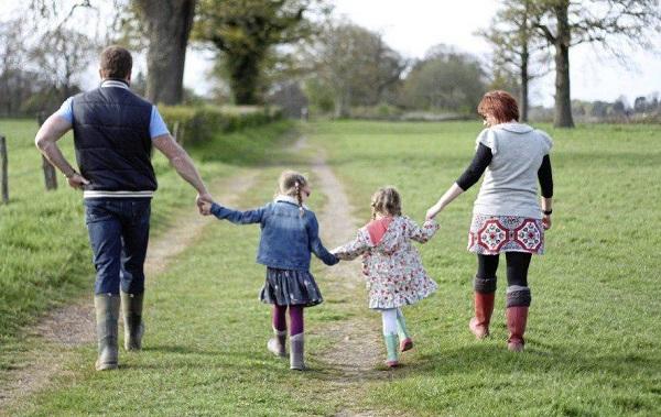 پیادهروی در کنار فرزندان فرصت خوبی است که فاصله میانتان کم شود.