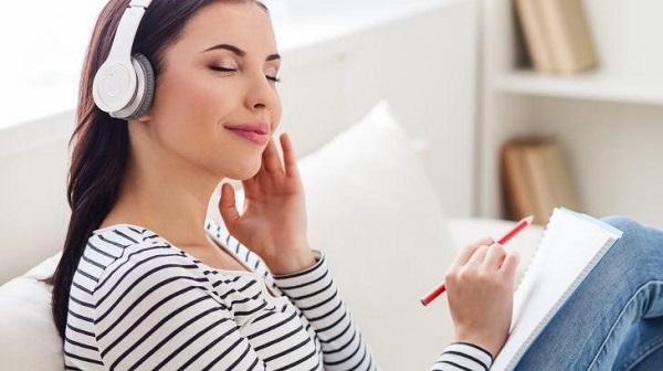 با گوش دادن به ژانر خاصی از موسیقی یا تماشای نوع خاصی از فیلم، میتوانید افکارتان را در حوزههای خاصی جهتدهی کنید.