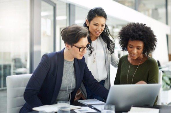 داشتن ارتباط مثبت با مدیر، بخش منابع انسانی و مسئولین محل کارتان بسیار فایدهبخش است.
