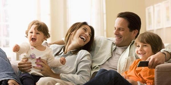 در حالی که وقت خود را با بچهها و همسرتان میگذرانید، از تلفن برای ارسال ایمیل یا بحث در مورد کار با همکارانتان استفاده نکنید.