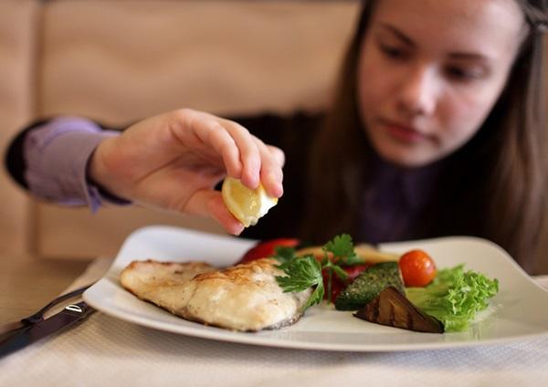 برای بهبود علائم اضطراب توصیه میشود که دست کم دو وعده ماهی چرب در هفته بخورید.