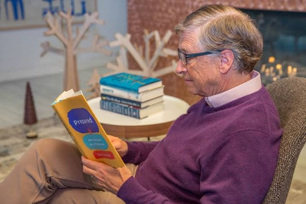 بیل گیتس علاقهی خاصی به مطالعه دارد و معمولا کتابهایی را توصیه میکند که خواننده را به فکر کردن وادار میکنند.