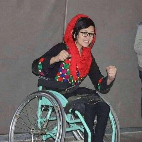 """فرحناز بهادری در کنار درس مکتب و ورزش بسکتبال از سال 1396 انجمن """"صنایع دستی دختران توانا"""" را ایجاد کرده است"""