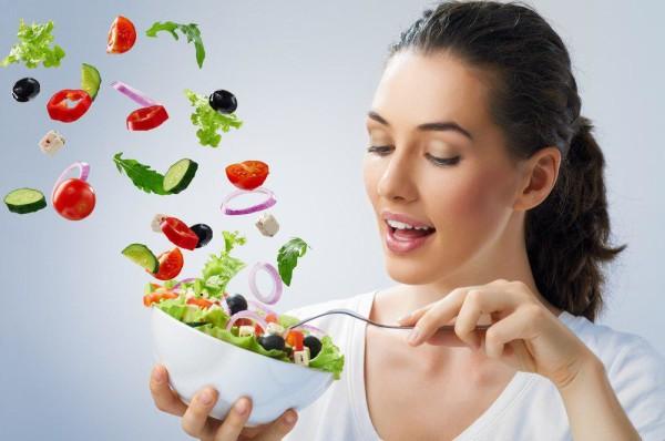 غذاهای حاوی فیبر، سرعت خالی شدن معده را کند میکنند و بر آزاد شدن هورمونهای سیری تاثیر میگذارند. به علاوه فیبر میتواند احساس سیری را نیز افزایش دهد