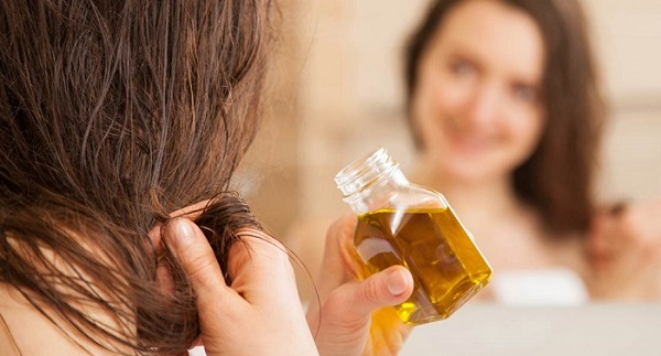 . ماساژ روغن نارگیل روی پوست سر جریان خون را در این ناحیه افزایش داده و حتی به رشد مجدد موها کمک میکند.