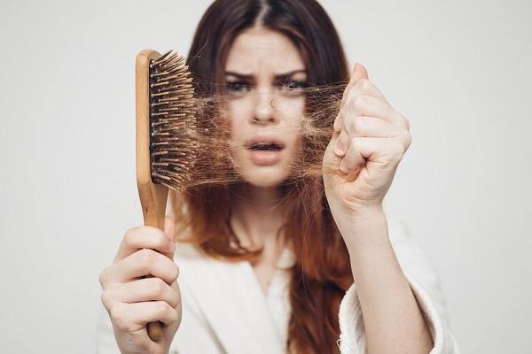 یکی از عوامل ریزش مو استفاده بیش از حد از رنگ مو و مواد شیمیایی است.