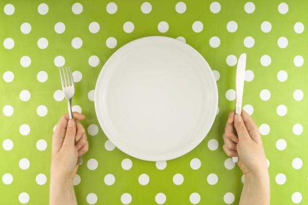 استفاده از بشقاب سایز کوچک سبب میشود که به طور ناخودآگاه، سایز وعدههای غذاییتان را کاهش بدهید و به این ترتیب اشتهایتان نیز به مرور کم خواهد شد