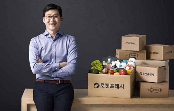 کیم بنیانگذار و مدیر عامل شرکت کوپانگ، غول ۹ میلیارد دالری تجارت الکترونیک است که لقب آمازون کره جنوبی را از آنِ خود کردهاست.