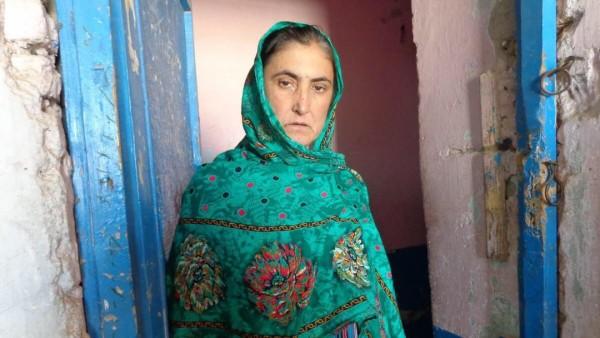 """""""شرمیلا افغان"""" زنی است که با شوهر فلج و دو دخترش در وضعیت بد اقتصادی در قندهار زندگی میکند"""