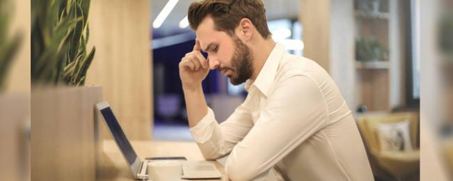 چرا تنهایی عملکرد شما را در محل کار پایین میآورد