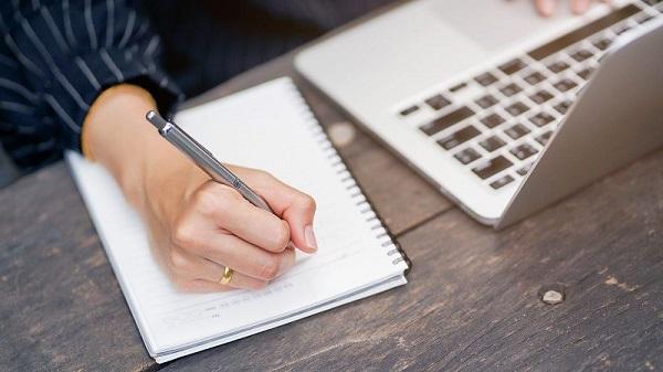 یک دفترچه بردارید و کارهایی را که باید انجام بدهید، یادداشت کنید. با این کار جریان خلاقیت نیز در شما افزایش مییابد.