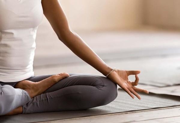 یوگا تمرینات تنفسی، مدیتیشن و پوزیشنهای طراحیشده برای ترویج آرامش را کنارهم قرار میدهد تا استرس را کاهش بدهد