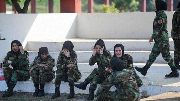 یافته های یک گزارش کمیسیون حقوق بشر افغانستان نشان می دهد که در میان شماری دیگر موارد، شمار چشم گیری از زنان در ساختارهای دفاعی-امنیتی، از سوی همکاران مردشان مورد آزار و اذیت قرار گرفته اند