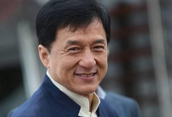 جکی چان بازیگر، تهیهکننده و کارگردان اهل هنگکنگ است.