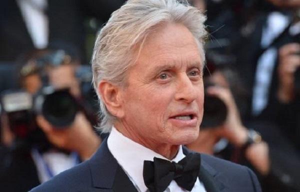 مایکل داگلاس تهیهکننده و بازیگر آمریکایی و اهل نیوجرسی است.