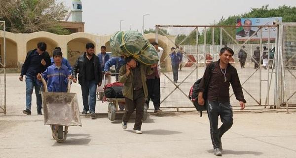 روزانه بین 2 تا 4 هزار شهروند افغانستان از ایران رد مرز میشوند که سبب شده مسئولان صحت کشور نگران شیوع این بیماری در افغانستان باشند.