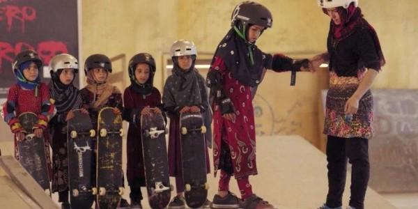 """فیلم """"آموختن اسکیتبرد در یک منطقه جنگی"""" (اگر دختر باشید) داستان دختران جوان افغان را نقل میکند که در کابل خواندن، نوشتن و اسکیتبرد را یاد میگیرند"""