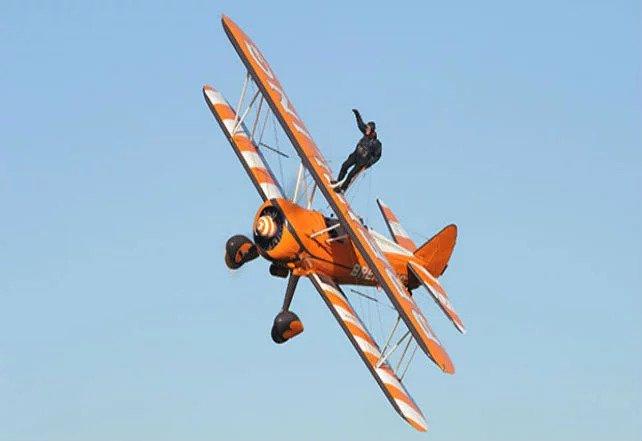 توماس لِیکی، در سال ۲۰۱۳ و در حالی که ۹۳ سال داشت، روی بال یک هواپیمای در حال پرواز راه رفت!