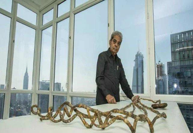 شریدهار چیلال، اهل هند، ناخنهایش را به مدت ۶۶ سال کوتاه نکرد! و درست قبل از آنکه آنها را کوتاه کند، طولشان به حدود دو متر رسیده بود!