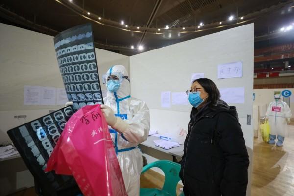"""دکتر مریدیت مککورمک، سخنگوی انجمن ریه آمریکا در مقالهای منتشرشده در نیویورک تایمز میگوید: """"افزایش آلودگی باعث افزایش حساسیت به عفونت میشود. ما در معرض آلودگی هوا احتمالاً در مواجهه با ویروس کرونا (Corona) نتیجهی بدتری خواهیم گرفت."""""""