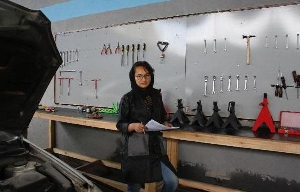 رامین صدیقی ترمیمگاه موتری ساخته که در آن کارمندان مسلکی و وسایل مدرن وجود دارد اما فرق آن با دیگر ترمیمگاههای موتر کارمندان زن آن است