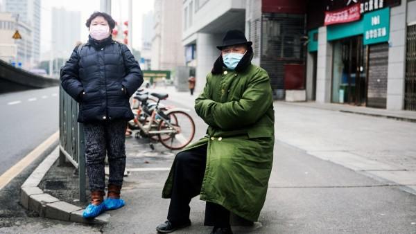 در تاریخ ۲۳ جنوری، ووهان و ۱۵ شهر دیگر در استان هوبی تحت قرنطینهی سنگین قرار گرفتند. کارکنان خدمات درمانی از همه جای چین برای کمک به این مناطق منتقل شدند و در طول فقط یک هفته، دو بیمارستان برای مراقبت از تعداد روزافزون بیماران کووید-۱۹ ساخته شد