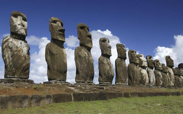جزیره ایستر که در اقیانوس آرام واقع شده یکی از دورافتادهترین جزایر مسکونی جهان است.