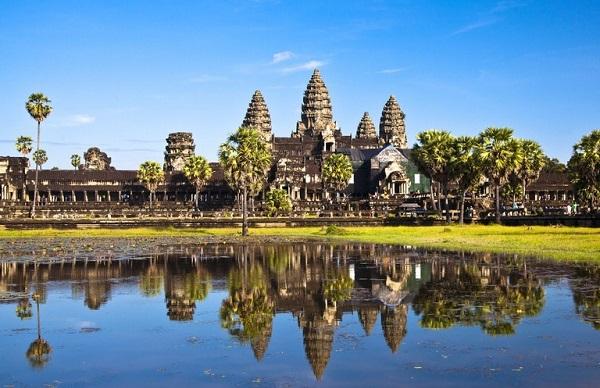 انگکور وات یکی از مهمترین اماکن مذهبی و از سایتهای مهم میراث جهانیست که در کامبوج واقع شدهاست.
