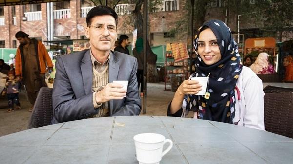 او اولین زنی است که از جامعه پناهندگان ترکمن به عنوان پزشک کار میکند و تحصیل کرده است. خانم رحمان هیچ راهنمای نداشته ولی با این حال او موفق شد تا رویای پدرش را محقق کند.