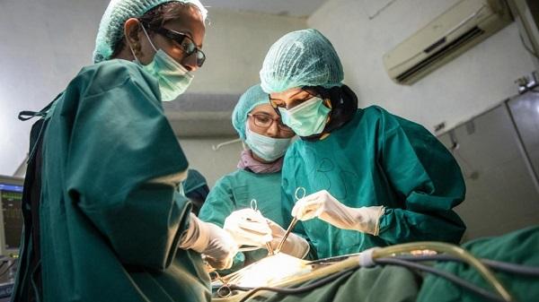 """سلیمه رحمان از سال 2015 به این سو به عنوان کارمند مراقبت های بهداشتی در شفاخانه """"خانواده مقدس"""" مشغول به کار است."""