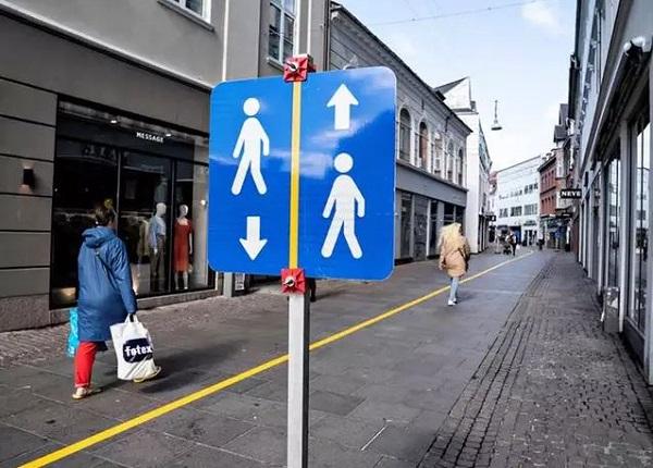 خط زردی در خیابانی در آلبورگ، دانمارک کشیده شدهاست تا مردم فاصله اجتماعی را رعایت کنند.