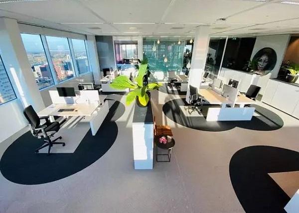 تصویری از دفتر کار کمپانی Cushman&Wakefield در آمستردام که با قانون ۲ متر فاصله طراحی شدهاست.