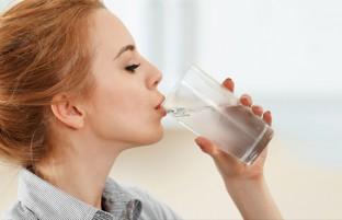چه اتفاقی رخ می دهد اگر بیش از حد آب بنوشیم؟