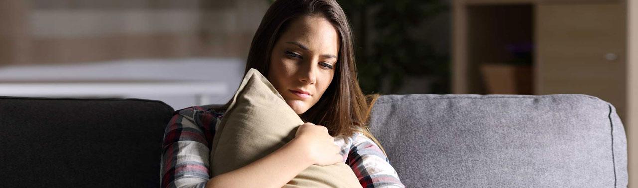 علائم افسردگی پنهان؛ ۱۰ نشانه که فرد پشت چهره ای شاد، افسرده است