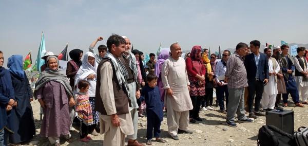 تعدادی از خانوادههای که اعضای فامیل شان را در جنگ، حملات انتحاری و انفجاری از دست داده اند، در گردهمایی امروز از اینکه در روند مذاکرات صلح بینالافغانی نادیده گرفته شده اند و غایب هستند، اعتراض داشتند
