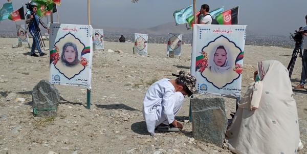 باآنکه در نشست افتتاحیه مذاکرات صلح بینالافغانی از سوی کشورهای مختلف تأکید شد که حقوق قربانیان جنگ باید در این مذاکرات درنظر گرفته شود، طوریکه وزیر خارجه هسپانیا به صراحت گفت: «نمیتوانیم که نقش قربانیان را فراموش کنیم، خاطرات آنها بر روایتهای هراسافگنانه اثر گذار است. آواز آنها باید شنیده شود.» با اینحال، تاکنون حکومت افغانستان در مورد اینکه خواستهای قربانیان جنگ در مذاکرات صلح بینلافغانی لحاظ میشود یا نه، پاسخ روشن ارائه نکرده است