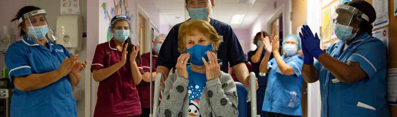 زن ۹۰ ساله انگلیسی، اولین فرد در جهان که واکسن فایزر را دریافت کرد